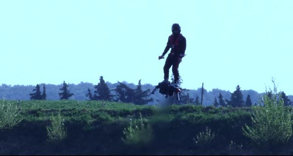 Lắp chiếc ván này vào chân, con người có thể bay cao 3.000 mét như chim
