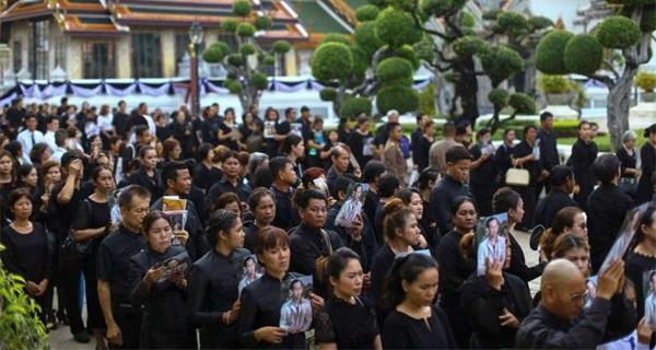 Dân Thái Lan nườm nượp vào viếng Đức Vua