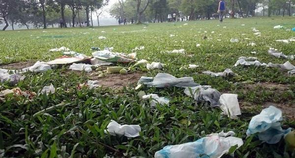 Công viên lớn nhất VN ngập rác sau kỳ nghỉ lễ