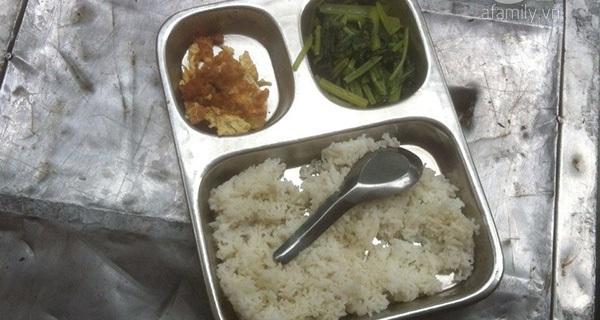 """Suất cơm bán trú 15 ngàn đồng """"nhìn mà xót xa"""" tại 1 trường tiểu học ở Hà Nội"""