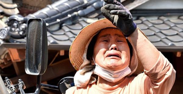 Người Nhật Bản khóc ròng bên đống đổ nát sau 2 trận động đất liên tiếp