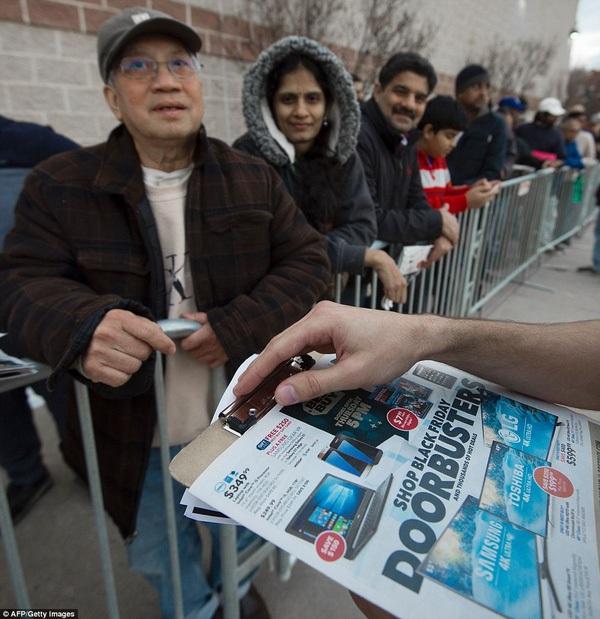 Bất chấp cái lạnh dưới 0 độ C, dân Mỹ mua sắm điên cuồng trong ngày Black Friday