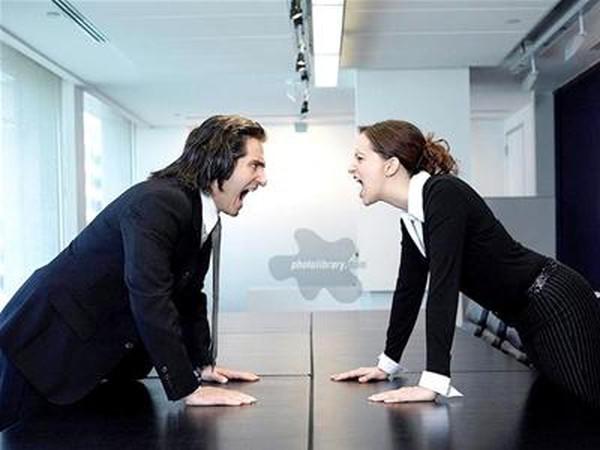 """Làm gì khi đồng nghiệp mới """"ảo tưởng"""" mình là sếp?"""