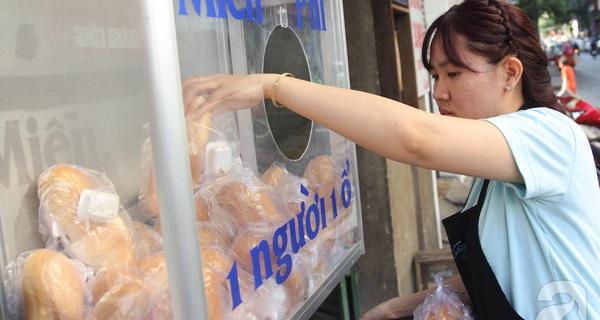 """Chủ quầy bánh mì từ thiện ở Sài Gòn: """"Bớt soi mói, bớt khắt khe một chút đời vui hơn nhiều lắm"""""""