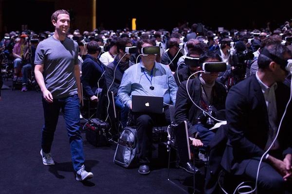 Bức ảnh chụp Mark Zuckerberg đang khiến cả thế giới lo sợ về tương lai giống như phim Ma Trận
