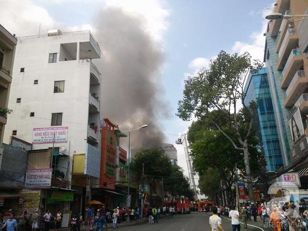 Đang cháy lớn ở gara xe, cửa hàng điện thoại ngay trung tâm Sài Gòn