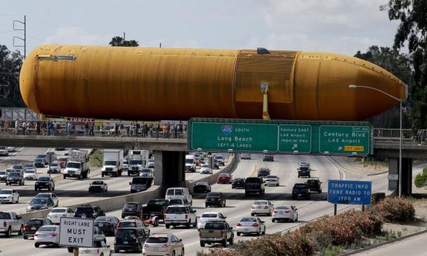 Đây là cách người ta vận chuyển bình chứa nhiên liệu tên lửa khổng lồ này qua khu dân cư