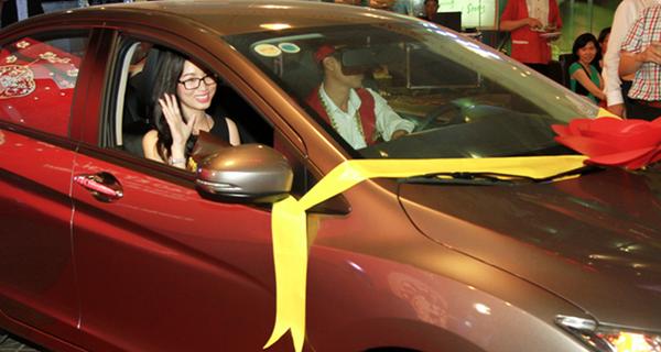 BĐS thắng lớn, nhân viên nhận thưởng Tết bằng ô tô