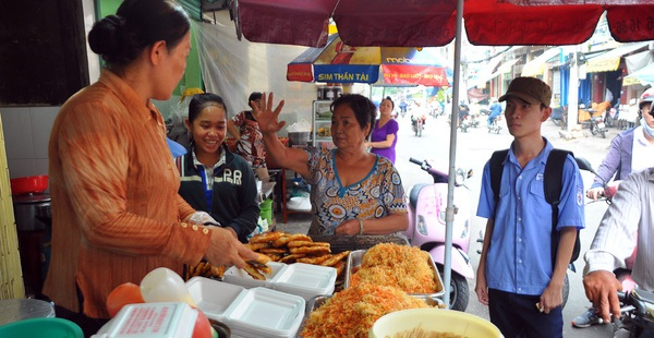 """Kinh doanh theo trào lưu, những món ăn vặt từng """"gây sốt"""" ở Sài Gòn giờ ra sao?"""