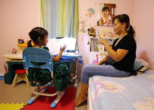 Mới 6 tuổi, cô bé này đã trở thành 'gia sư nhí' cho trẻ em Việt Nam qua Internet