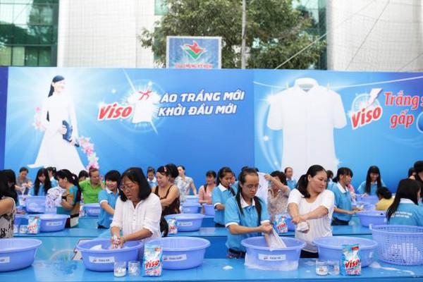 Cùng quảng cáo bột giặt trắng sáng, nhưng Viso chọn chiến lược có ngân sách thấp hơn nhiều
