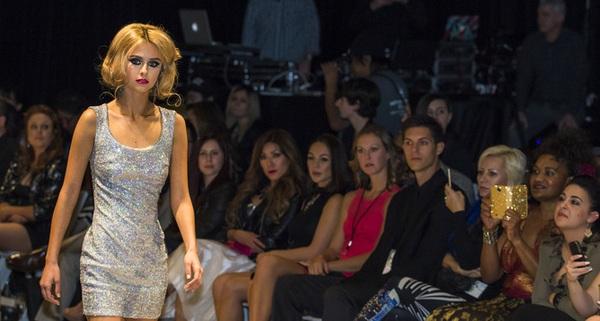 Tại sao bạn không bao giờ thấy các người mẫu hé nụ cười trên sàn catwalk ?