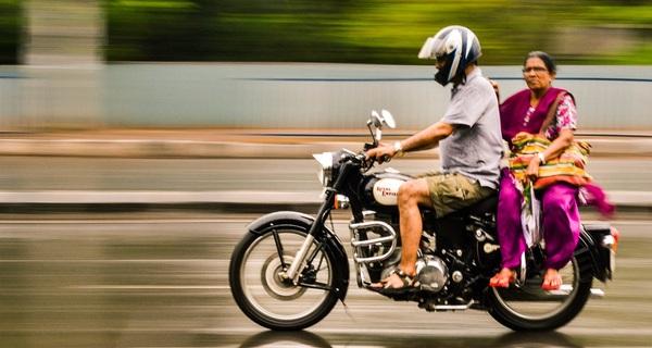 Tại thị trấn này, đi xe máy không đội mũ bảo hiểm thì đừng mong được đổ xăng