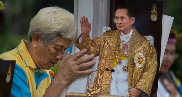 Nhìn những gì vua Bhumibol Adultedej làm mới hiểu vì sao người Thái lại đau lòng đến thế