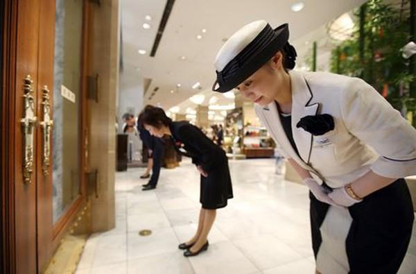 """Nghệ thuật hiếu khách Omotenashi ở Nhật Bản: Khách hàng không phải là số 1, họ là """"chúa trời""""!"""