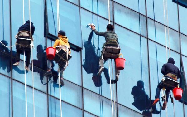 """""""Người nhện"""" ở Hà Nội đu mình trên những tòa nhà cao tầng để mưu sinh"""