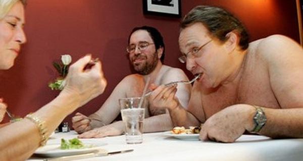 Hàng chục nghìn người đăng ký dùng bữa tại nhà hàng khỏa thân