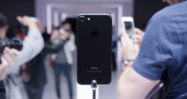 """5 chiêu kinh doanh """"có 1 không 2"""" giúp Apple hô biến iPhone cũ mèm thành iPhone 7 tươi mới"""