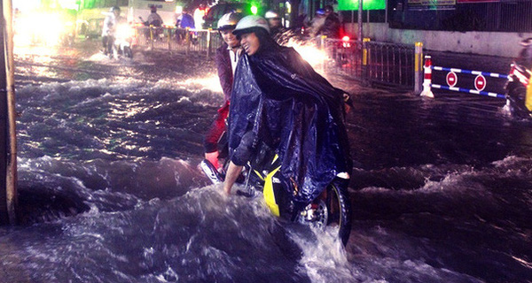 """Dù đi bộ hay đi xe, bạn cũng phải thuộc lòng 3 bí kíp sinh tồn này giữa mùa """"Sài Gòn mưa lũ"""""""