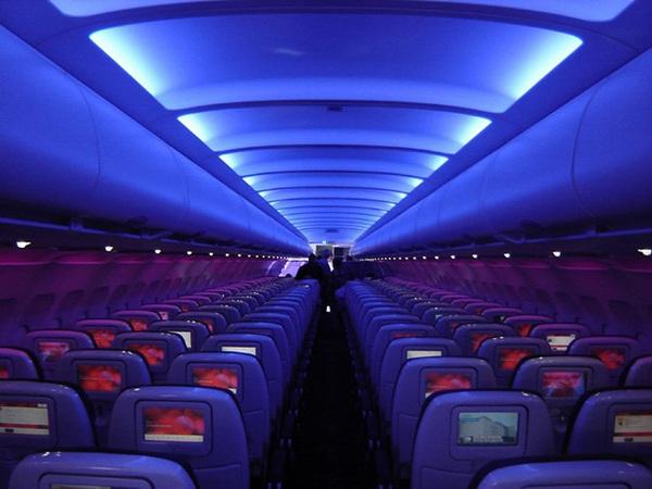 Tại sao khi cất cánh và hạ cánh máy bay lại chỉ để ánh sáng lờ mờ?