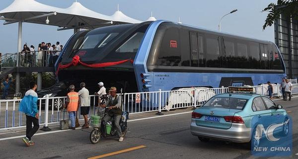 """Trung Quốc chính thức đưa """"xe bus dạng chân"""" đầu tiên trên thế giới vào hoạt động, giải quyết nạn tắc đường"""