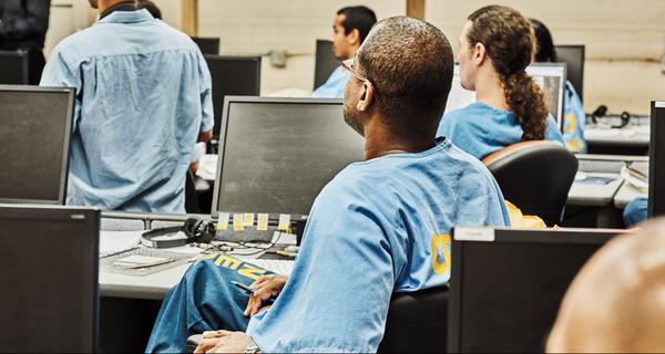 Lớp học đặc biệt đào tạo coder đằng sau song sắt nhà tù