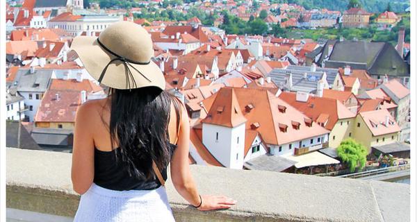 Mới 24 tuổi, du lịch suốt ngày, nhưng mỗi tháng cô gái này kiếm gần 1,6 tỷ đồng về cho công ty