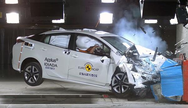 Sự khác biệt giữa ô tô đắt tiền và ô tô rẻ tiền sẽ được thể hiện qua clip mô phỏng tai nạn này