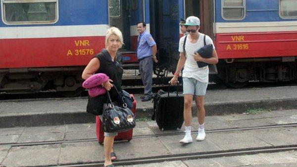 Sập cầu Ghềnh, ngành đường sắt từ chối, VietJet Air gánh khách