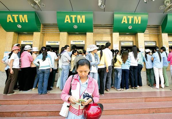 """Từ 1/7 nâng hạn mức rút tiền ATM: Ngân hàng """"vỡ mộng"""" thu phí"""