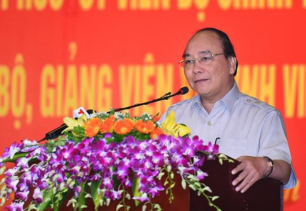 """Thủ tướng Nguyễn Xuân Phúc: """"Giáo dục nhiều thành tích nhưng sinh viên Việt Nam ra trường lớ ngớ lắm"""""""