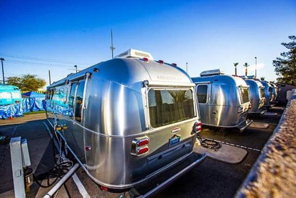 Sở hữu tài sản đủ để mua cả hòn đảo, tại sao CEO Zappos lại chọn sống trong chiếc ô tô đỗ ngoài công viên?