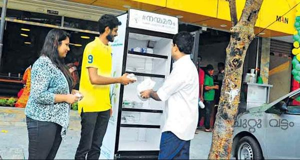 Chủ nhà hàng để hẳn một chiếc tủ lạnh ven đường, chứa đồ ăn miễn phí cho người nghèo