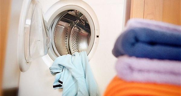 Máy giặt hiện đại thật đấy, nhưng để quần áo bền đẹp không phải cứ tống hết vào máy là xong đâu