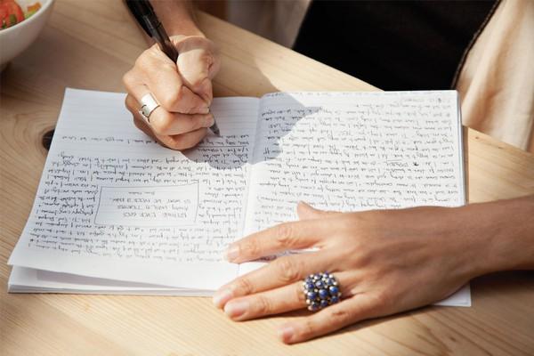 Thay vì gõ phím điện thoại hay máy tính, hãy chuyển sang viết bằng tay, bạn sẽ vô cùng ngạc nhiên trước những gì xảy ra với bộ não của mình