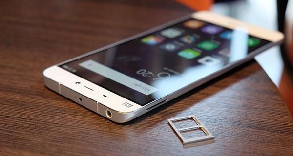 Mua Xiaomi Mi 5 vàng không chính hãng, nhận được màu trắng, dùng 1 tuần bung nắp