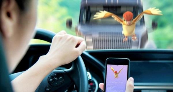 Xử lý nghiêm người vừa lái xe vừa chơi Pokemon Go
