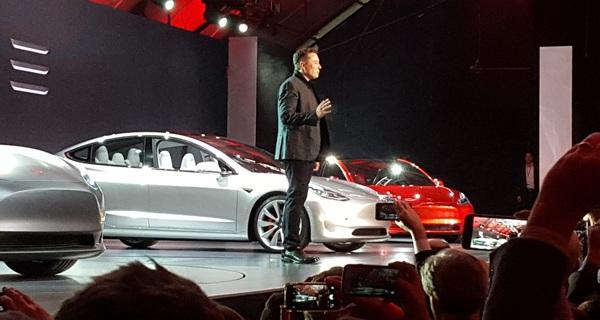 """Lý do gì khiến hãng xe điện non trẻ Tesla có thể """"vượt mặt"""" ông lớn Ford truyền thống cả 100 năm tuổi?"""