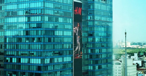 Poster H&M xuất hiện cực oách trên bảng quảng cáo siêu to ở Vincom Đồng Khởi, chính thức chào các tín đồ thời trang Việt