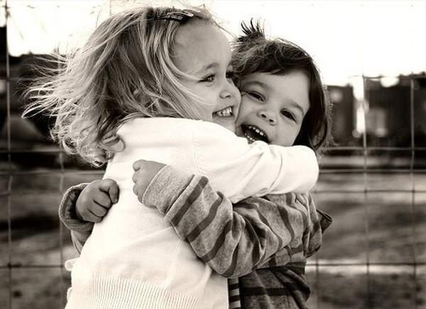 Tôi và bạn, chúng ta đều có thể gần gũi với nhau hơn bằng những cái ôm giữa những người xa lạ!