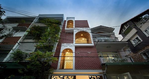 Mặt tiền chật hẹp lại nằm giữa phố đông đúc, ngôi nhà trong ngõ nhỏ Sài Gòn vẫn làm được cả một khu vườn bên trong