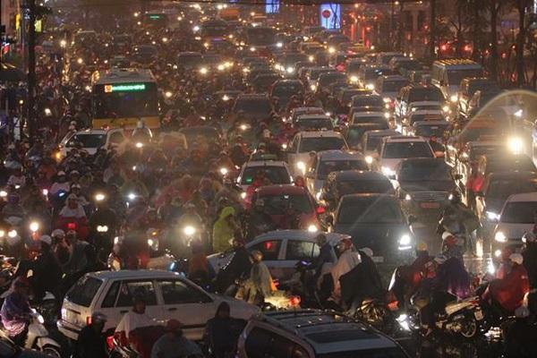 Hà Nội mưa tầm tã, đường tắc nghẹt khắp ngả