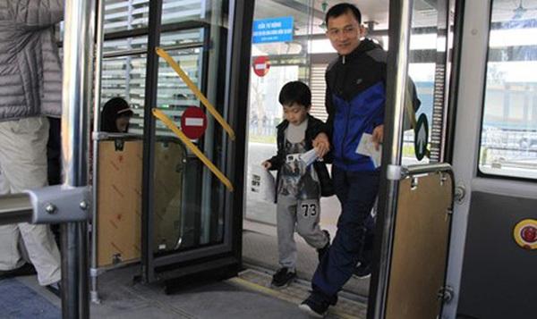 Hơn 10.000 lượt khách/ngày: Nhiều khách lên buýt nhanh chỉ để đi thử
