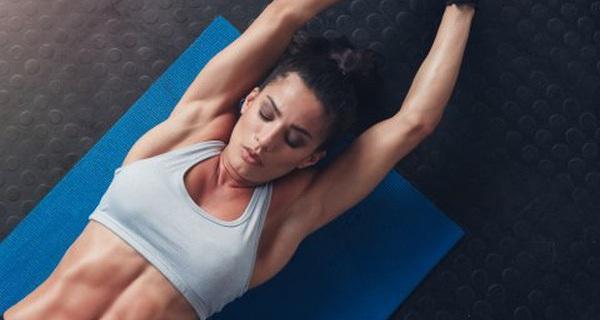 Quên động tác gập bụng nhàm chán và gây đau lưng đi, đây mới chính là động tác thể dục để có cơ bụng 6 múi nhanh nhất!