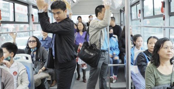 Clip: Trải nghiệm xe buýt nhanh BRT vào giờ cao điểm ở Hà Nội
