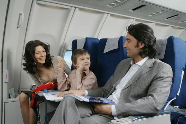 10 quy tắc ứng xử không phải ai cũng biết khi đi máy bay