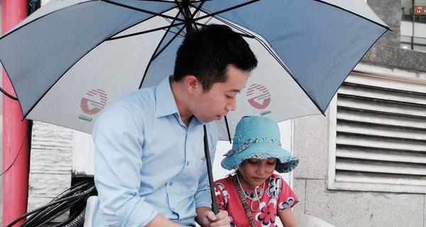 Anh nhân viên ngân hàng dành giờ nghỉ trưa mỗi ngày để dạy chữ cho cô bé vé số ngay trên vỉa hè Sài Gòn