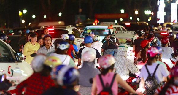 Hàng triệu người dân Hà Nội, Sài Gòn bị tắc đường: Mỏ vàng lớn đang chờ Vingroup, CII... và giới doanh nghiệp khai thác