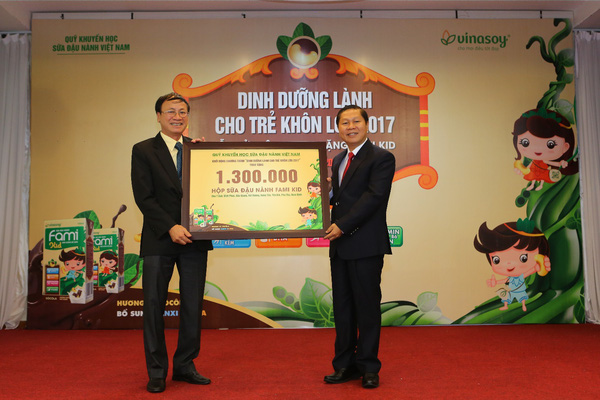Vinasoy trao tặng 1,3 triệu suất sữa Fami Kid cho học sinh Tiểu học