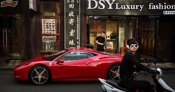 Một ngày mua sắm của chuyên gia tài chính giàu có và thời thượng: Thời trang sang trọng là phải giản dị nhưng chuyên nghiệp